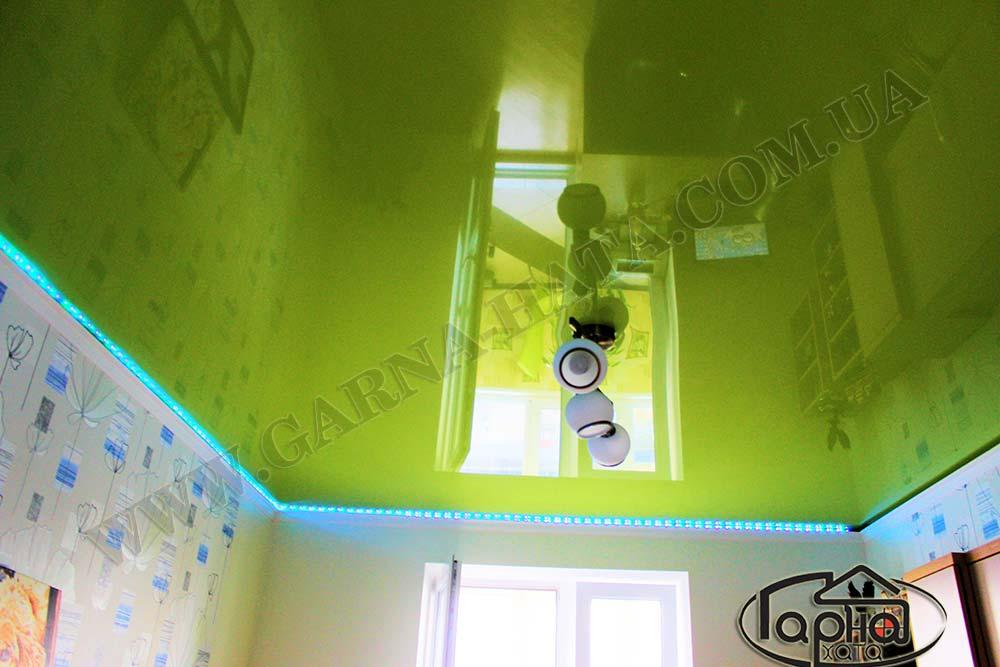 натяжные потолки с подсветкой в зале