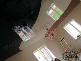 разноцветные натяжные потолки в зале