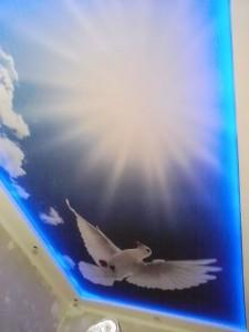 Натяжной потолок со светодиодной подсветкой синего