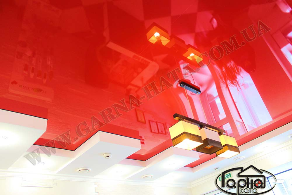 червона глянцева стеля