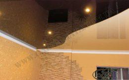 глянцевый натяжной потолок в два цвета