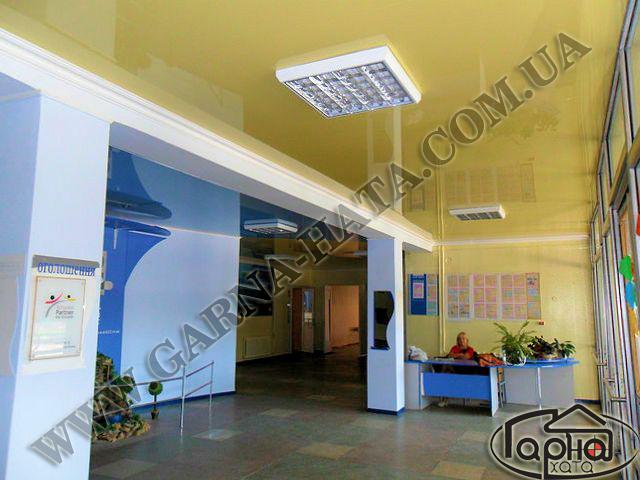 натяжні стелі в коридорі фото
