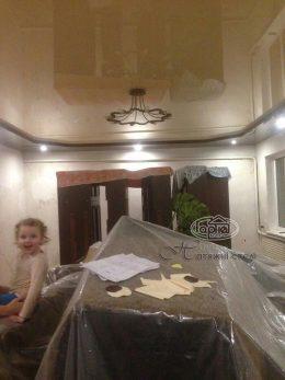 двухуровневые натяжные потолки в комнате