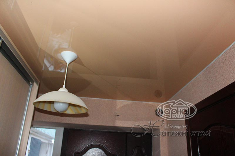 глянцеві натяжні стелі кремового кольору