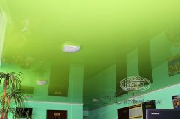 глянцеві натяжні стелі салатовий колір