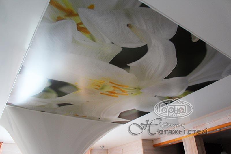 натяжна стеля малюнок квіти в кухні