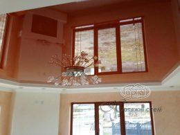 натяжні глянцеві стелі світлого кольору
