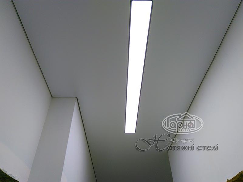 натяжні стелі підсвітка в коридорі кімнати