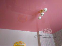 натяжні стелі рожевого кольору