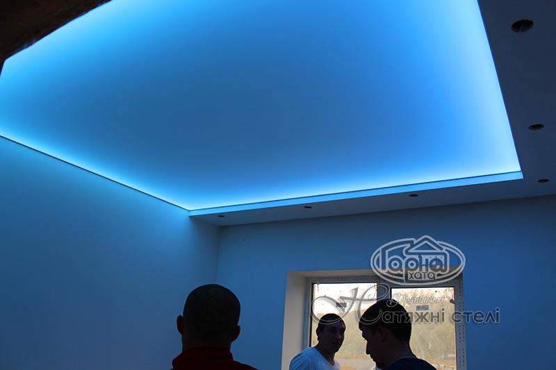 натяжные потолки с подсветкой в зале, фото