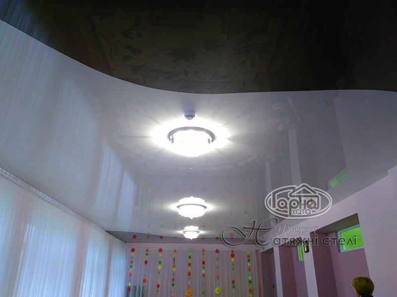 натяжные потолки жидичин в два цвета