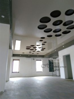 резные натяжные потолки apply в комнате