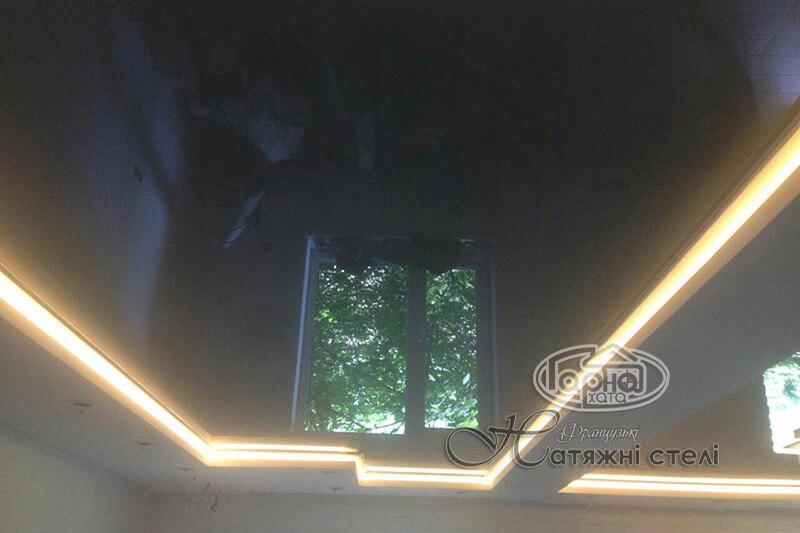 парящий натяжной потолок в зале
