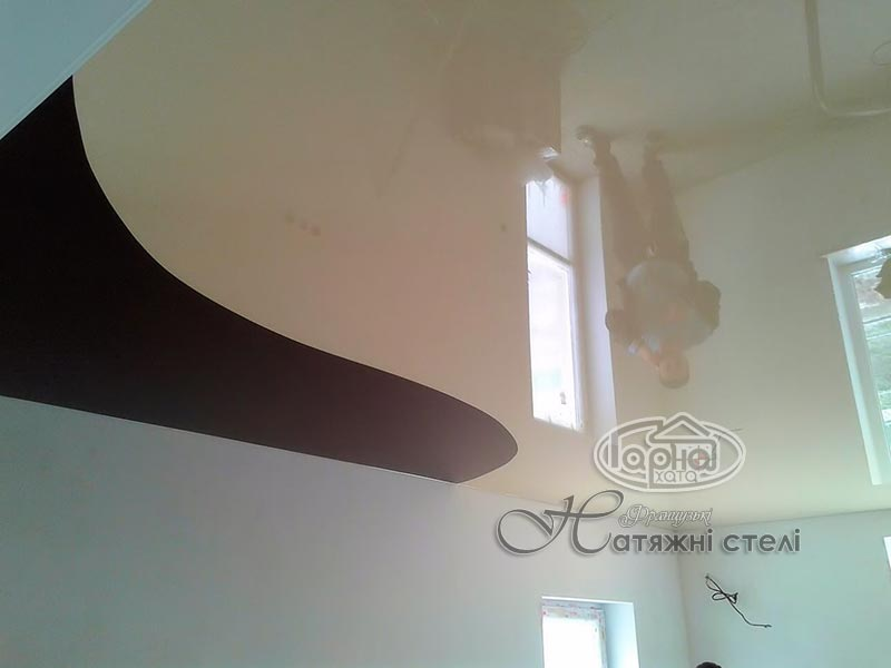 спайка двух цветов натяжного потолка
