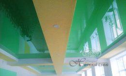 зелені глянцеві натяжні стелі