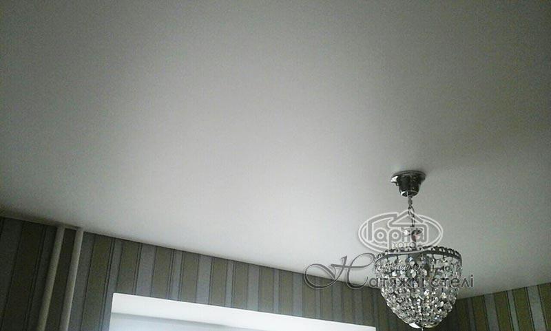 матові натяжні стелі в квартирі