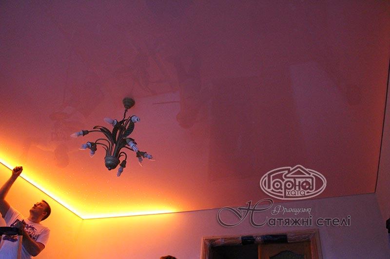 натяжной потолок в зале с подсветкой