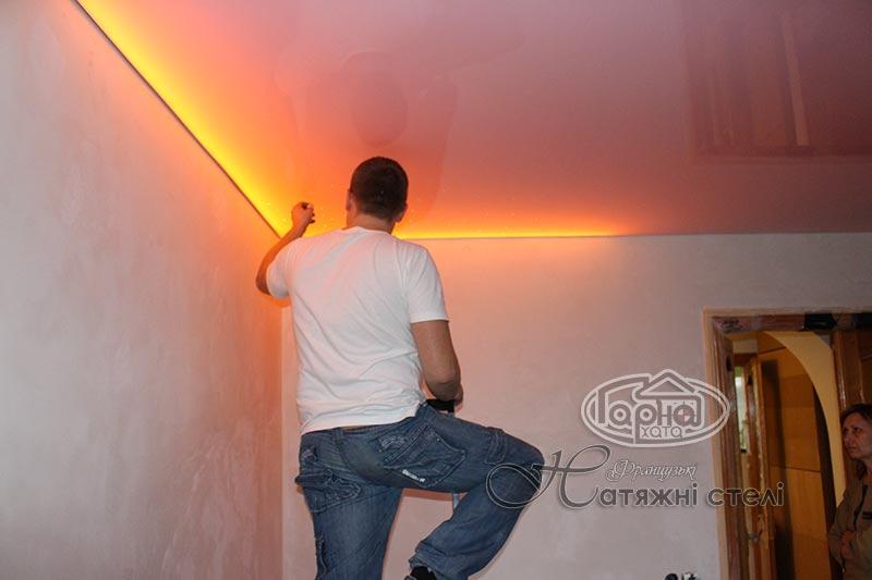 натяжные потолки глянец подсветка
