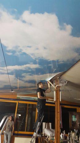 натяжний потолок в Італії небо
