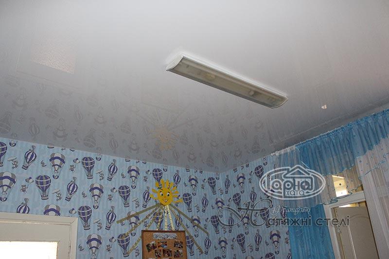 белые натяжные потолки в детском саду