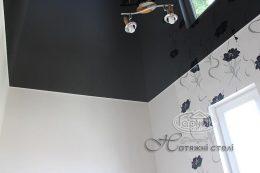 чорні глянцеві натяжні стелі
