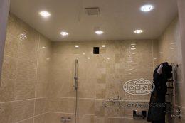 глянцева стеля в ванні