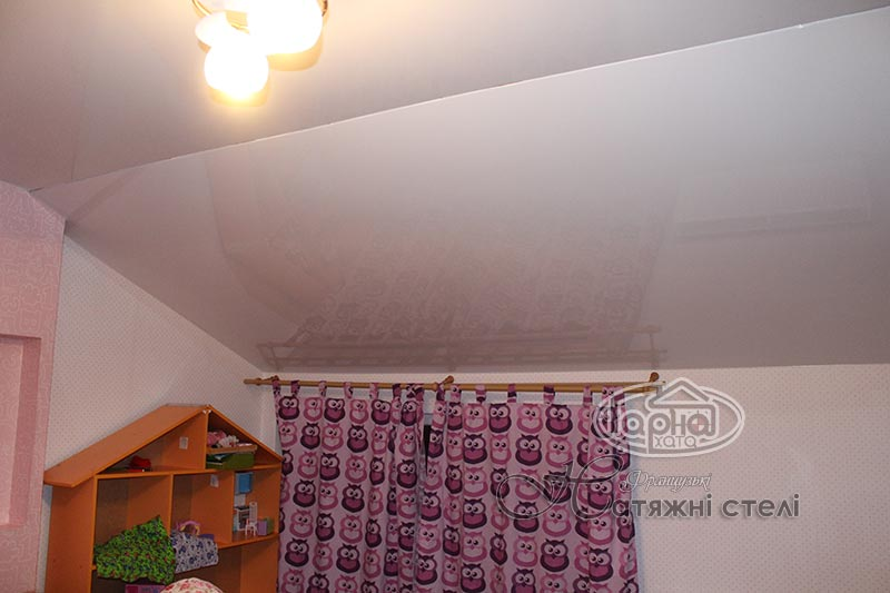 мансардные натяжные потолки в детской комнате