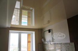 натяжной бежевый потолок на кухне