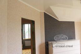 натяжной потолок на стене