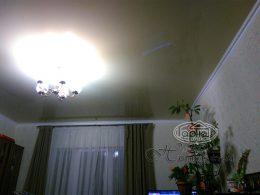 натяжна стеля в середній кімнаті глянець