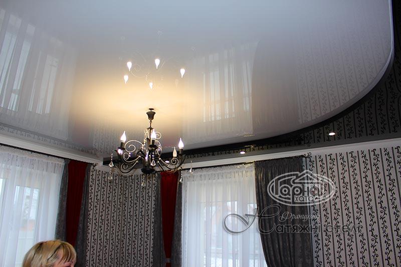Натяжной двухуровневый потолок в комнате