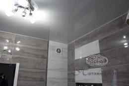 глянцевый натяжной потолок в квартире