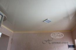 глянцевые натяжные бежевые потолки