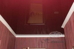глянцевые натяжные потолки в комнате