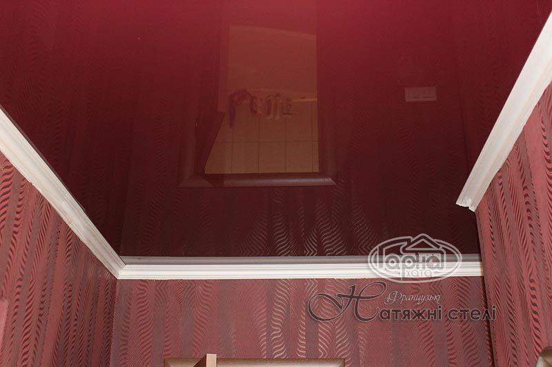 глянцеві натяжні стелі в кімнаті