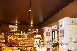 матовый натяжной потолок коричневого цвета в магазине
