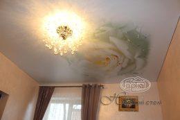 натяжной матовый потолок с цветком