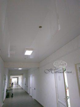 белый натяжной потолок в городской больнице луцк