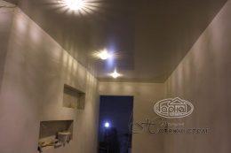глянец натяжной потолок в коридоре