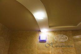 глянец натяжной потолок в ванной