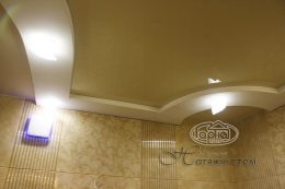 глянцева натяжна стеля в ванні