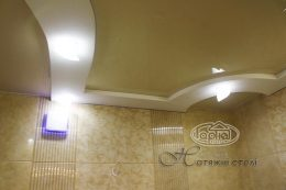 натяжной потолок в ванной глянец