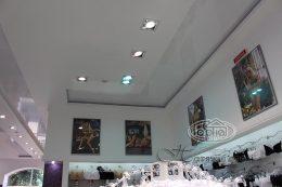белые глянцевые потолки