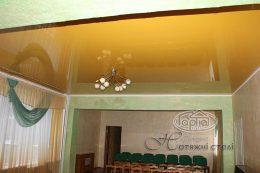 глянцевый натяжной потолок желтого цвета