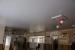 сатиновые натяжные потолки в холле
