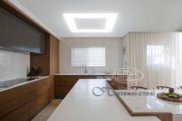 Парящий натяжной потолок в кухне