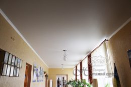 матова натяжні стелі коридор в школі