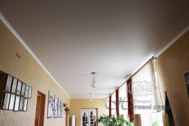 матовые натяжные потолки коридор в школе фото