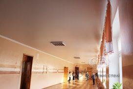 матовый потолок в коридоре школы