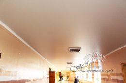 матові натяжні стелі коридор в школі